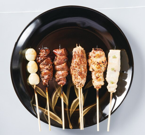 焼とり 熟成魚 木崎 / 1本ずつ備長炭で焼いて出す「焼きとり おまかせ」(5種1296円、8種1944円、追加1本につき270円)。レアに炙る山葵やきや、自家製つくねも美味