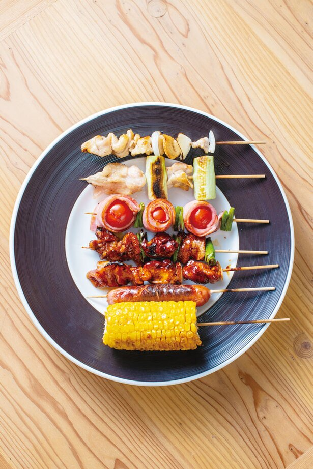 焼き鳥 佐むら  / その日によって替わる「おまかせ串」(7本842円)。写真は鳥皮、ねぎま、トマトベーコン巻き、モモ、赤バラ、ウインナーなどが並ぶ