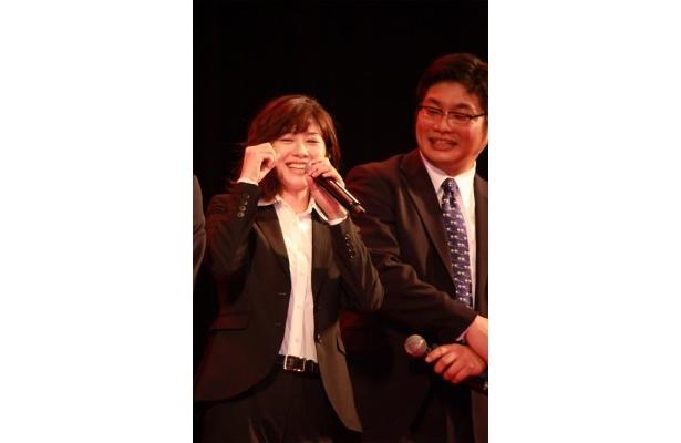 【写真をもっと観る】真木よう子が岡田准一の突っ込みに満面の笑みを見せた