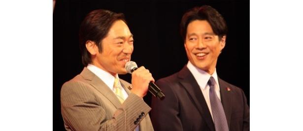 伊達國男幹事長役の香川照之は「おいしいワイン」を「わいしいワイン」と言葉をかみ、苦笑い