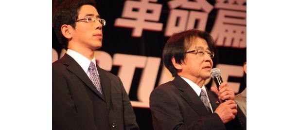 麻田総理役の山本圭(右)