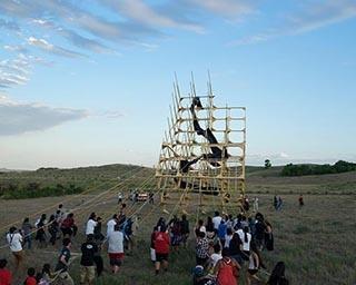加藤翼による「引き起こし」プロジェクトは人や土地とのつながりを視覚化