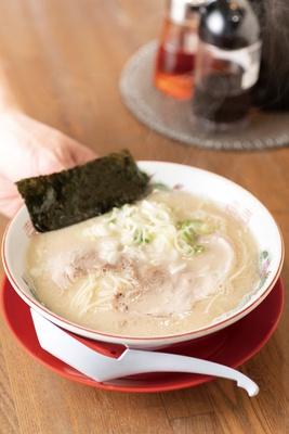 とろみのあるスープだが、あっさりした風味の「ラーメン」(600円) / 一休軒 呉服元町店