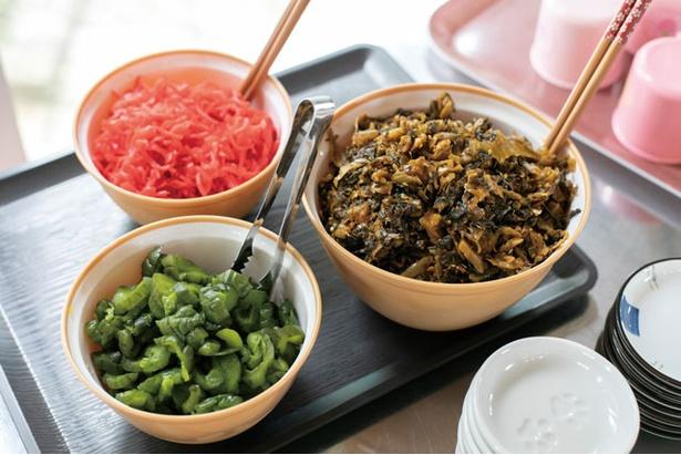無料の紅生姜、高菜、キュウリ漬け / 一休軒 呉服元町店