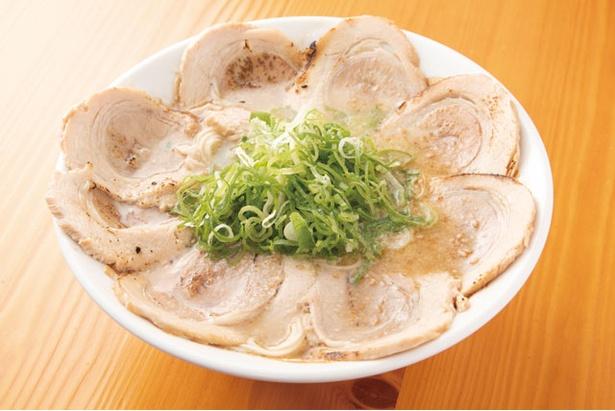 """""""直球ストレート""""な豚骨スープが好評な一杯。「十八番ラーメン」(930円) / 大分ラーメン十八番"""