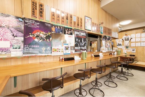 【写真を見る】明るく清潔な店内 / 大分ラーメン十八番