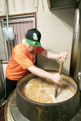 仕込み小屋の特注の巨釜で、豚骨を365日炊き込む / 大分ラーメン十八番