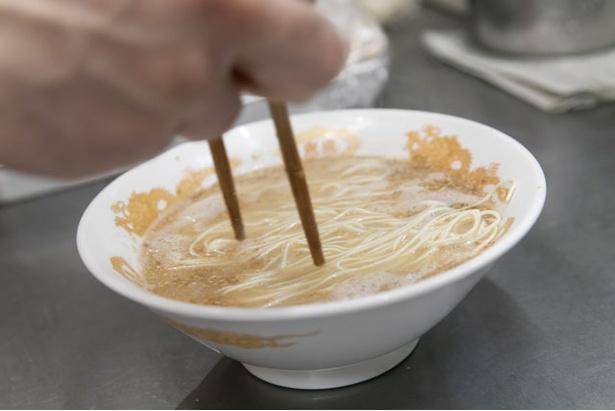 麺は低加水の細麺ストレートでスープとの相性がいい / 大分ラーメン十八番
