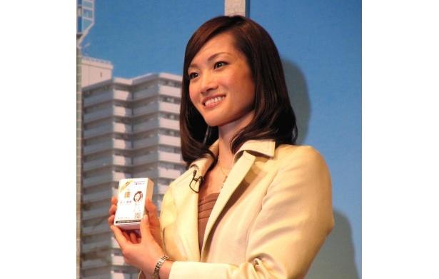 【写真】部長に任命された荒川静香は名刺を手にニッコリ