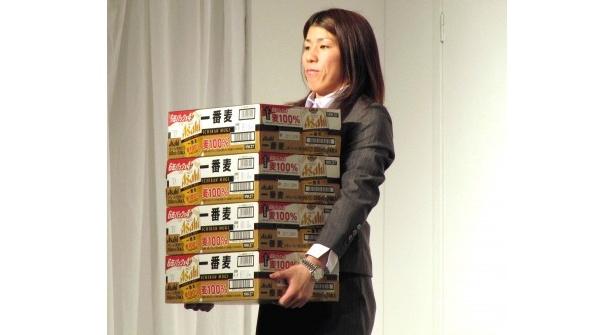 吉田沙保里はビールを軽々と持ち上げた