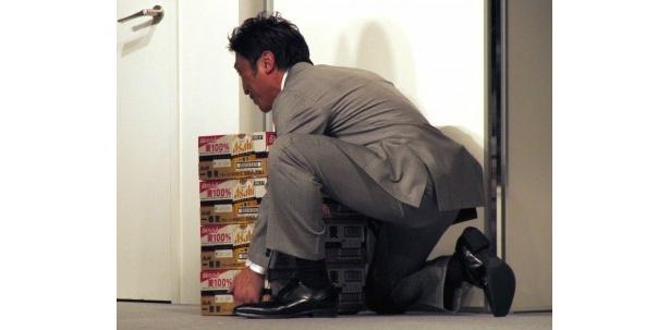 内藤大助も吉田沙保里に負けじと、ビールを持ち上げようと挑戦