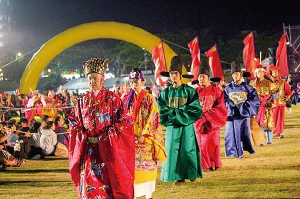 【写真を見る】浦添三大王統まつりのエイサー・空手・旗頭・歌・獅子舞・龍神の舞は豪華絢爛だ