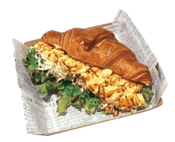 【写真を見る】「&COFFEE MAISON KAYSER」のたっぷり卵サラダとキャベツのトリュフの香り(480円)/UMEDA FOOD HALL