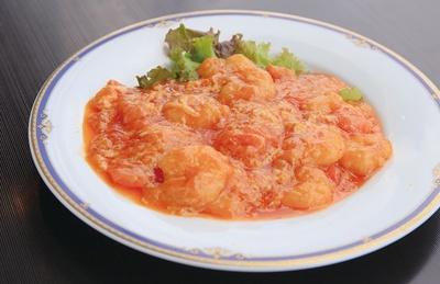 チャイニーズテーブル SHISEN / 海老を12種以上のスパイスや調味料で味付けした「海老のチリソース煮」(1880円)。トマトの風味が爽やかだ