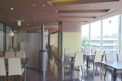 チャイニーズテーブル SHISEN / 宮崎市の中心地にたたずむ「エアラインホテル」内にある。店内は一面ガラス張りで開放的な雰囲気。