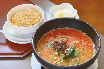 チャイニーズ レストラン 璃音 / 地鶏でとるスープと濃いめに味付けした挽き肉がよく合う、人気の「担々麺」(セット 950円)