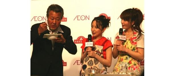 【写真】森崎と奥菜が共同で作った料理を試食する梅宮は「文句ないですね」と絶賛