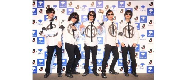 今シーズンの「スカパー!Jリーグ中継」のイメージソング「COME TOGETHER」を歌うMONOBRIGHTの5人