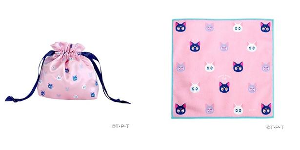 「セーラームーンカフェ2019 サテン巾着」(左 1320円)、「セーラームーンカフェ2019 ハンドタオル」(右 990円)