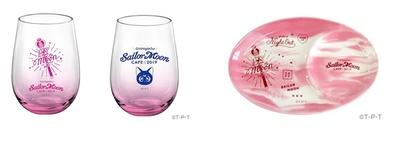 「セーラームーンカフェ2019 グラス」(左 各1760円)、「セーラームーンカフェ2019 プレート」(右 2420円)