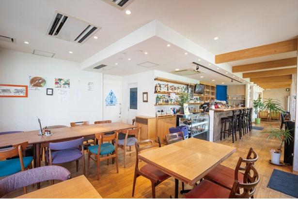 粕屋町中華料理 ニューハナチャイナ 長者原店 / カフェ風の店内。奥にはゆったりくつろげるソファ席があり、子連れでも安心