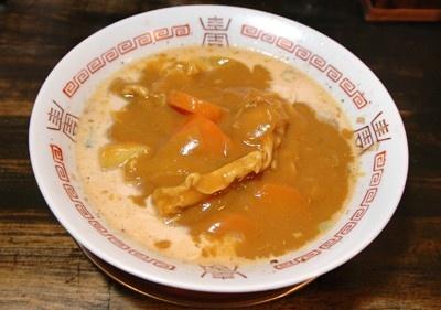 九州豚骨ラーメンにカレールーを投入。一見アンバランスな組み合わせだが、コク深いカレースープが楽しめる