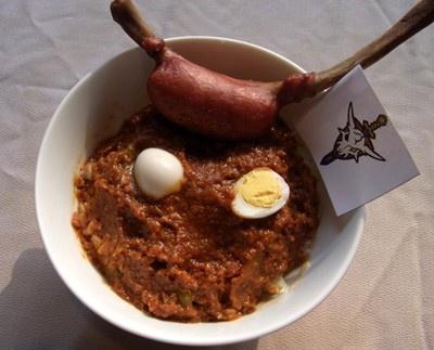 スカルの角をイメージした骨付きフランクに、キーマカレーを乗せ、うずらの卵で目を添えたオズマをイメージしたスタミナ丼「S.M.Sスカル小隊丼」(900円/1100円)