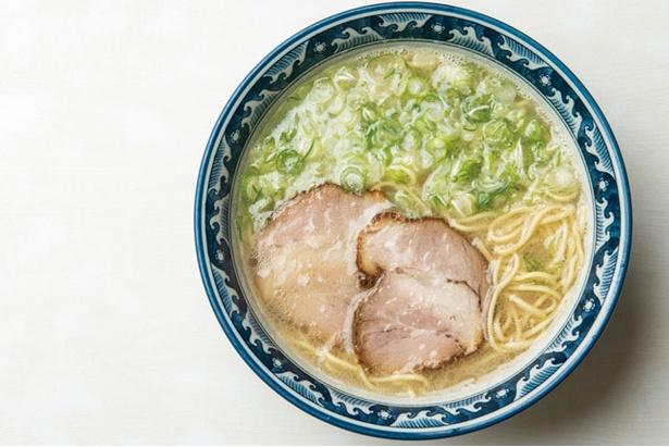 「ラーメン」(600円)。骨を割り、頻繁に混ぜて旨味を抽出するスープは絶品 / 番屋