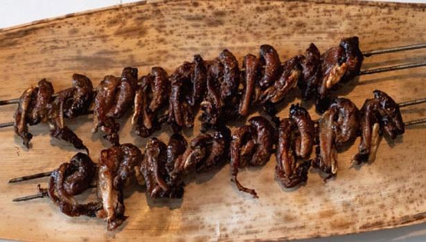 備長炭で香ばしく照り焼きにした、うなぎのキモ(1串9、10個・500円)もオススメ。ビタミンAが豊富/のとよ