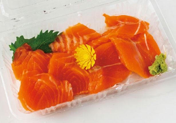 サーモン(450円)など造りの種類も多い。箸と醤油付きなので店頭で味わう人の姿も/畠中商店