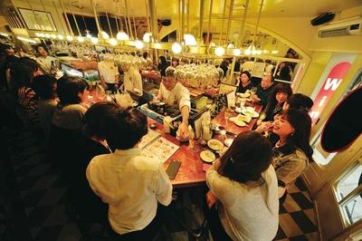 ワインに合う創作おでんやフォアグラステーキ(896円)などフレンチベースの本格料理を求め、連日大にぎわい/Rouge et blanc Kohaku