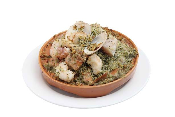 海鮮メリメロ焼き(980円)。白ワインで蒸した魚介に、香草パン粉をのせて焼いた名物/魚 de バール ウオチカ。