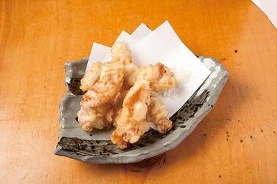 鶏天(378円)。下味を付けた鶏モモをさっくり軽めに揚げる。粉末の抹茶塩で/立呑み たに