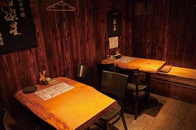 じっくり腰を据えて料理と酒を楽しみたいならテーブル席の予約がおすすめ/立呑み たに