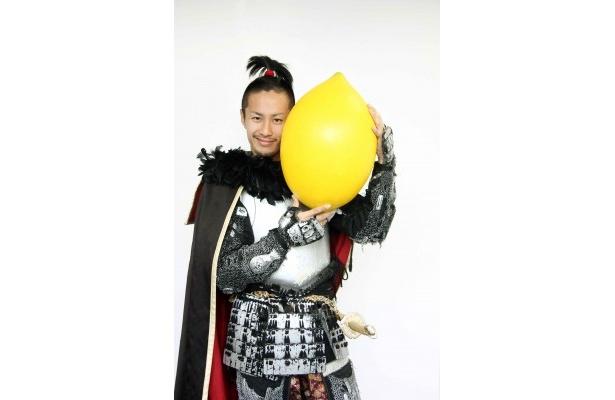 【写真】レモンを持ってご満悦の織田信長様