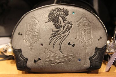 普段使いしやすいシックなデザインの「ポーチ」(2400円)