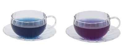 「ブルーブレンドハーブティー&ハニーレモンシロップ」(1200円)は、シロップを入れると青から紫へ、ハーブティーの色が変わる