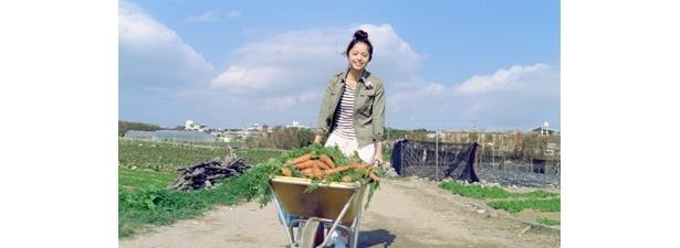 「にんじん運ぶ」篇で、歌いながらニンジンを運ぶ宮崎さん