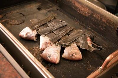 ダシを入れる前に鍋に小鯛の頭の部分をセットする。その上に、約50年継ぎ足して使ってきたダシを注ぎ入れていく/かんさいだき本家 常夜燈