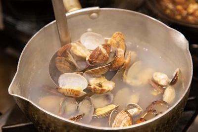 アサリは店を支える大事な食材。煮出したダシを看板メニューのおでん、たこ焼の両方に使用/たこ焼とおでん 池下
