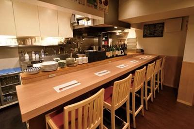 小料理店のような落ち着きある雰囲気。ビルの1階奥に店を構える/道頓堀 あかい 北店