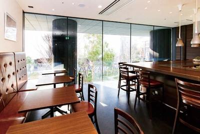 広々としたカウンター席とテーブル席を用意。中庭に面した大きな窓からはたっぷり光が射し込む/quatre lapin