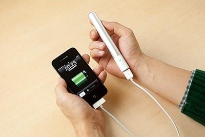 スリムサイズの充電器など、便利でユニークなスマホアイテムが続々登場!