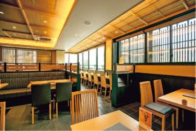 1階は茶葉や抹茶スイーツがそろう物販、2・3階が茶房になっている。茶房はテーブル席のほか、四条通が見下ろせるカウンター席も/伊藤久右衛門 祇園四条店