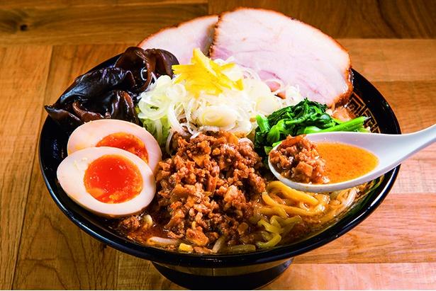 特性濃厚味噌ラーメン(1,298円)は、スープの上に生姜が効いた甘味のある挽肉がオン。スープに溶かすとさらに奥深い味わいに