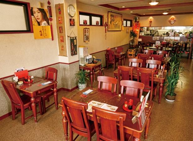 四川料理 長楽 / 小上がりとテーブル席を備える店内