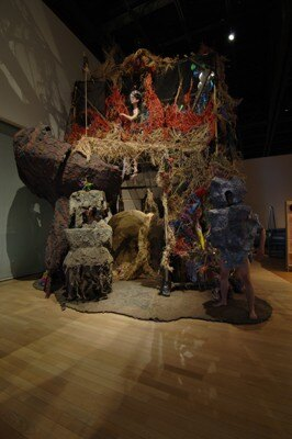 「太郎賞」はオル太の「つちくれの祠」。日本の土俗的な材料を用いた壮大なインスタレーションで、むき出しのエネルギーとパワーが感じられる作品となっている