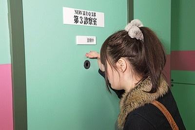 診察室などの穴をのぞくとキャラクターが。診察室には赤木リツコと綾波レイがいるぞ!