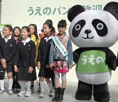 台東区内の小学生と写真撮影