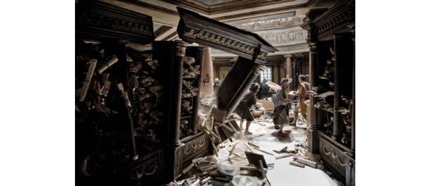 数多の書物が集められた図書館が、無残にも破壊されていく